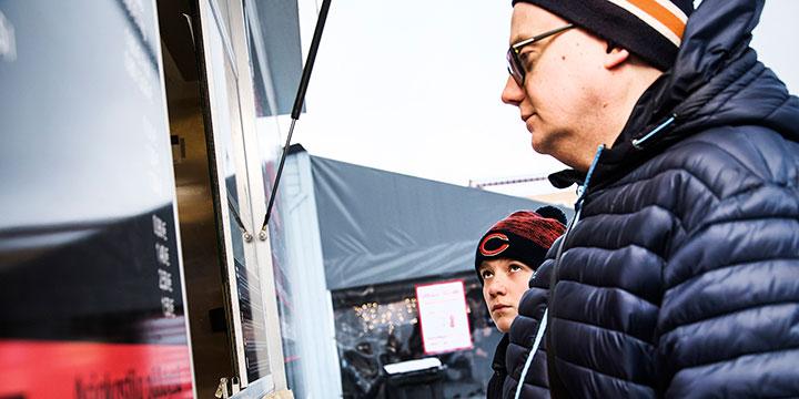 Sami Laakso ja Jasper Mansikkamäki asuvat lähellä Tammelantoria, joten mustaa tulee ostettua silloin tällöin. Parivaljakon mielestä mustamakkara on jääkiekkofani.